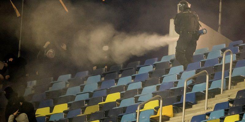 Во время отборочного матча на поле разорвалась петарда